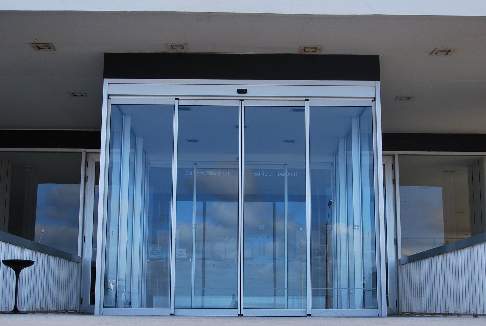 Manusa puertas autom ticas productos construnario for Puerta corredera automatica vidrio