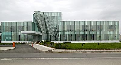 la marca technal es una de las del nuevo edificio de oficinas de gerencia de la empresa bp oil refinera de castelln proyectado por luis