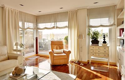 Los estores combinados con ca das son la propuesta de for Ultimas tendencias en cortinas para salon