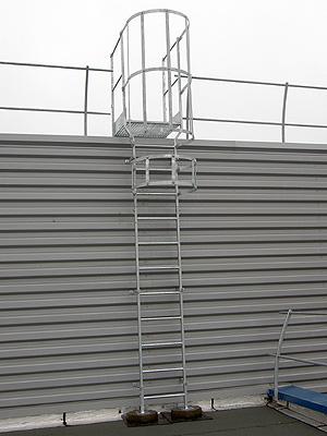 Escaleras con quitamiedos securigard for Normas de seguridad para escaleras fijas