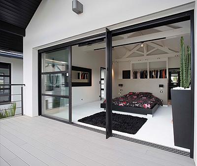 Kawneer proporciona accesibilidad y espacio extra con sus for Puertas correderas de cristal para exterior