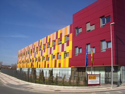 la fachada de tonos amarillos naranjas rojos impacta la rgida cuadrcula del muro cortina se ha dejado desordenar de forma aleatoria