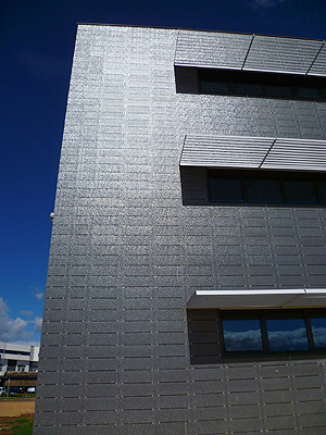 Cer mica en vertical fachadas for Fachadas con azulejo