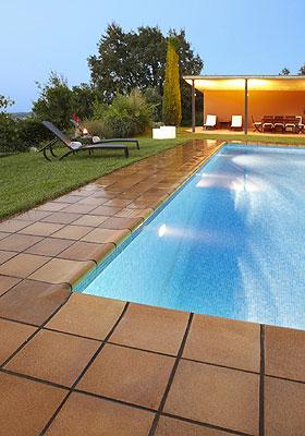 En primavera los exteriores se llenan de cer mica for Pavimentos para piscinas exteriores