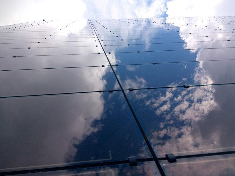 Fachada de vidrio fotovoltaico multicolor de Onyx Solar