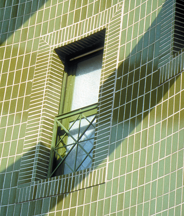la colocacin de cermica en fachadas es exigente desde un punto de vista tcnico ya que adems de asegurar una buena adherencia entre el